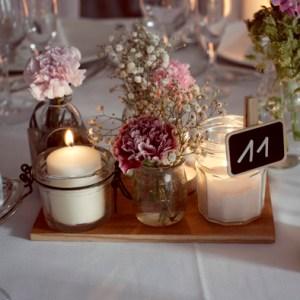 wedding planner Ameliage, centre d e table vintage fleurs bougies, pot récupération, planche de bois décoration de table mariage rétro