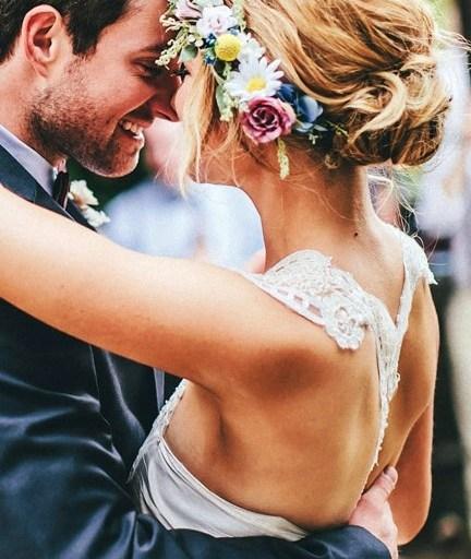 Coiffure fleurie pour mariée