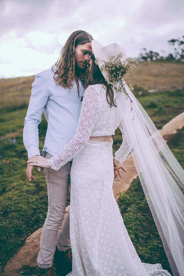 Une mariée à chapeau