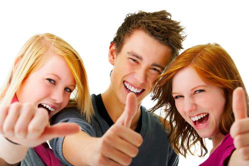 Photo de 3 jeunes heureux