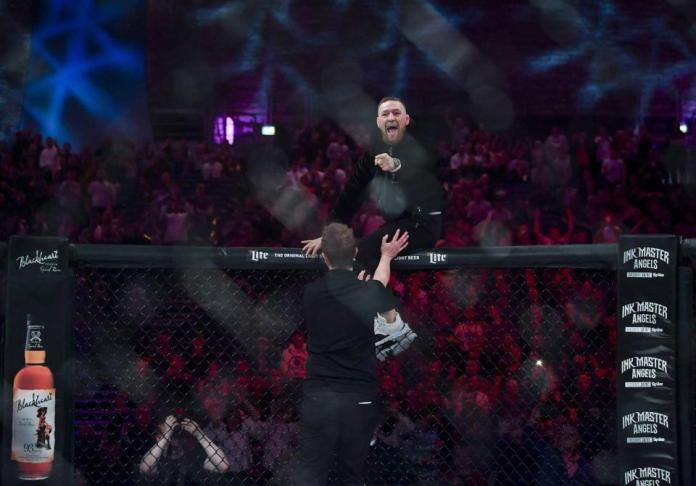 VIDEO. Conor McGregor a intrat in octogonul Bellator dupa o lupta, s-a certat cu arbitrul si a plesnit un membru din staff!
