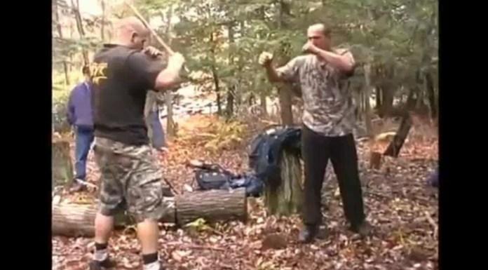 Luptă de MMA cu bâte și fără mănuși, organizată în pădure (VIDEO)