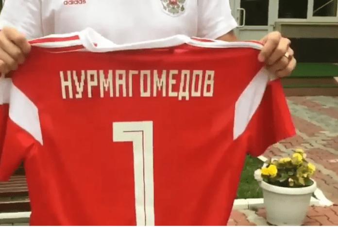 VIDEO. Khabib Nurmagomedov primește un tricou de la naționala de fotbal a Rusiei care îi urează succes în lupta cu Conor McGregor