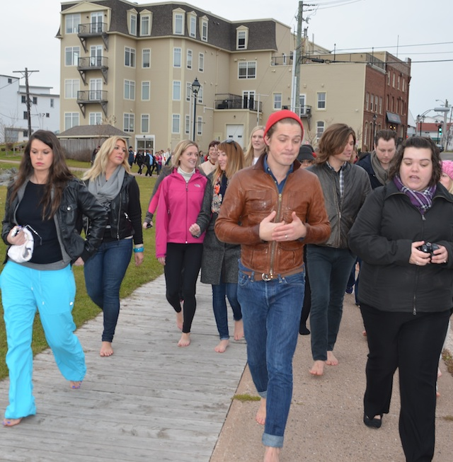 Hanson leads barefoot Baywalk tour