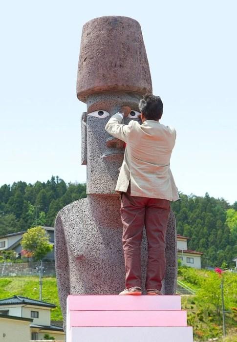 モアイ彫刻家のベネディクト・トゥキさんが、モアイに目が入れる瞬間