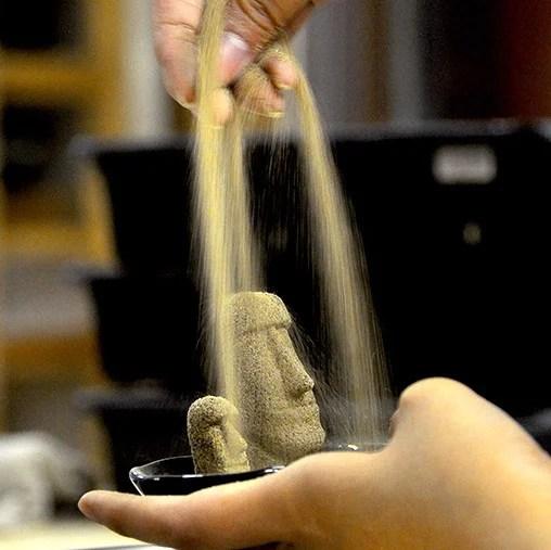 モアイの砂像製法、一体一体丁寧に手作業で