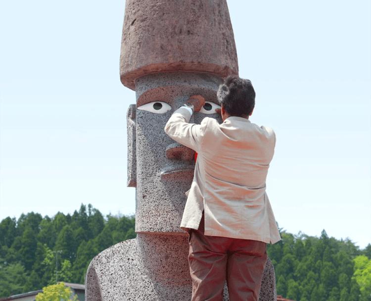 モアイ像に目を入れるベネディクト・トゥキ