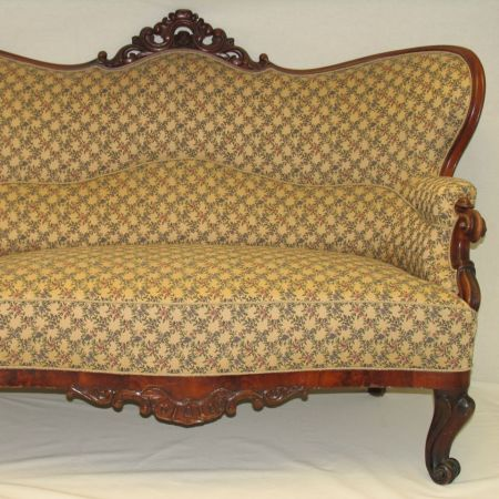 Antik sofa, både træ og polstring er renoveret af Møbelværkstedet