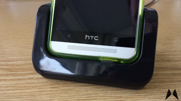 CruzerLite TPU Case HTC One in der Dockingstation