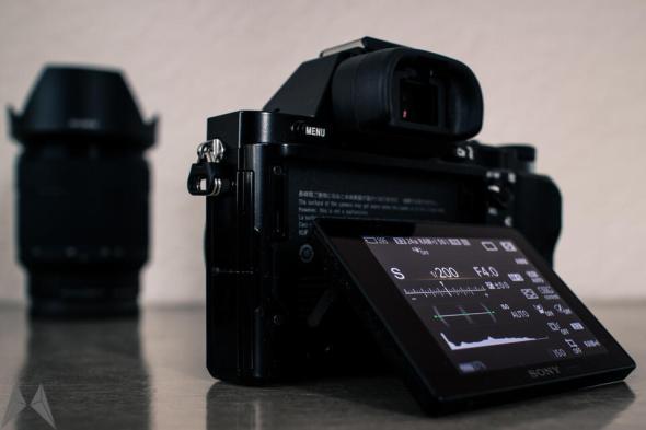 Sony α7 mit ausgeklapptem Display, das aktuell die Einstellungen zeigt