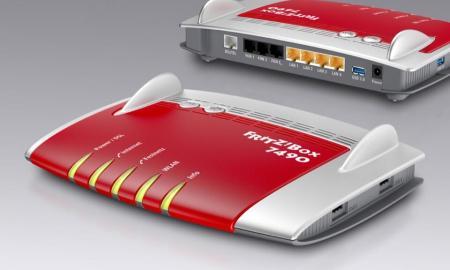 Die FRITZ!Box 7490 kombiniert Gigabit-Geschwindigkeit, modernste Hardware und Vectoring-Technologie für noch schnelleres VDSL. Sie setzt auf WLAN AC mit 1.300 MBit/s (5 GHz) und auf WLAN N mit 450 MBit/s (2,4 GHz) und ist abwärtskompatibel zu 802.11g/b. Zur weiteren Ausstattung gehören 4 Gigabit-LAN und 2 USB 3.0-Anschlüsse. Eine integrierte Telefonanlage einschließlich DECT-Basis rundet die Vollausstattung ab. The new FRITZ!Box 7490 combines gigabit speed, the latest hardware and vectoring technology for even faster VDSL. It builds on Wireless AC standard with 1300 Mbit/s (5 GHz) and Wireless N with 450 Mbit/s (2.4 GHz), yet is downward compatible with 802.11a/b/g/n. It is also equipped with 4 gigabit LAN and 2 USB 3.0 ports. An integrated telephone system including a DECT base station rounds out the comprehensive package.