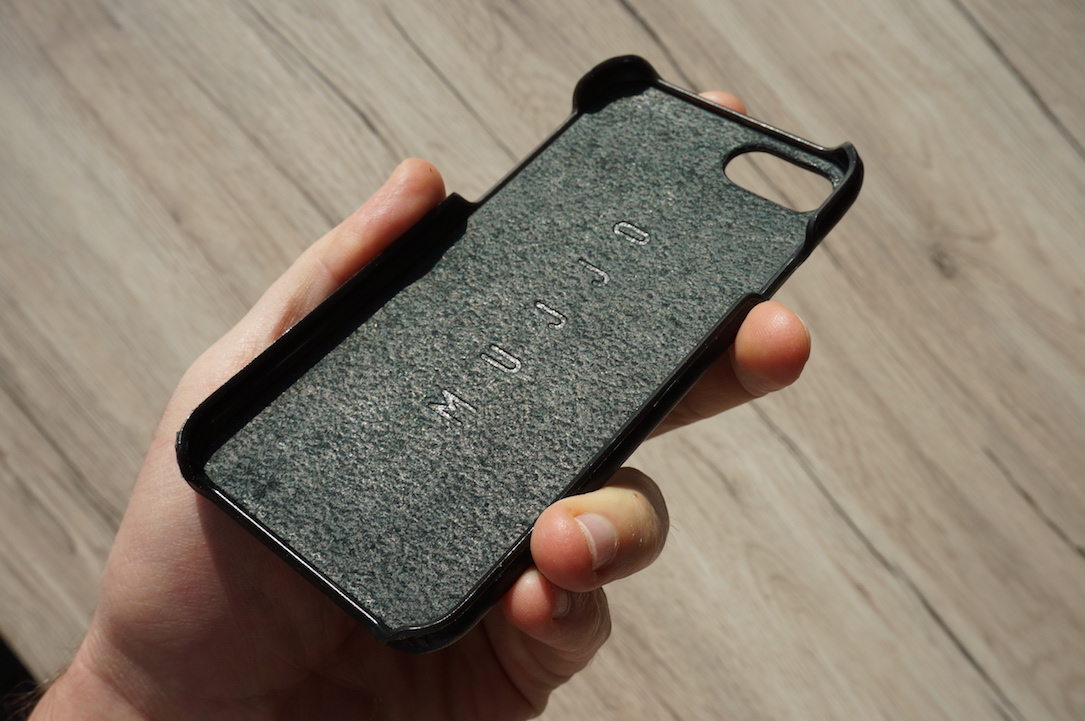 mujjo-iphone-7-leather-case-test1