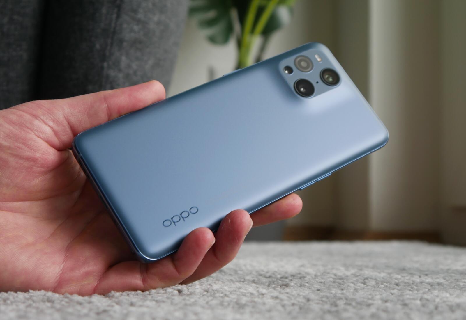 Oppo Find X3 Pro Hand Blau