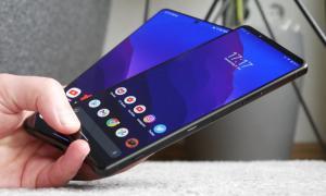 Samsung Galaxy S21 Ultra Sony Xperia 1 Iii Hand