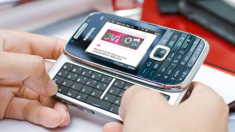 Nokia E75 kädessä
