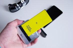 Akku liitettynä Cam Plus -lisäosaan ja valmiina kiinnitettäväksi puhelimeen.