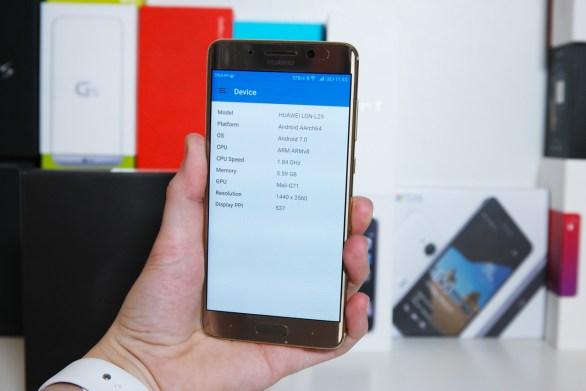 Huawei Mate 9 Pro, kädessä.