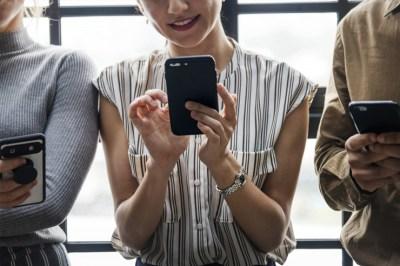 iPhone kädessä
