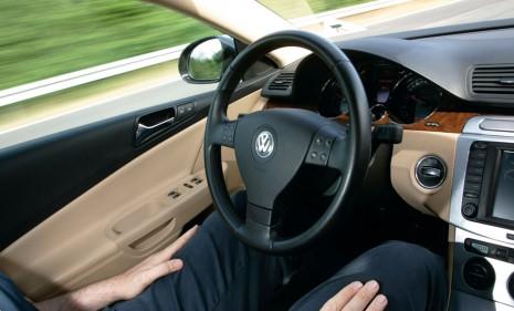 volkswagen-temporary-auto-pilot-in-action_100353797_m