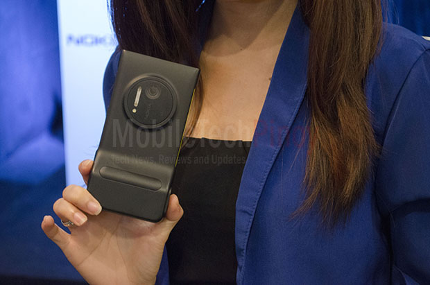 Model With Nokia Lumia 1020 Closeup