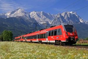 Regio Oberbayern unterwegs im Werdenfelser Land: Ein Triebwagen  der Baureihe ET 2442 als RB 5408 Innsbruck Hbf -- München Hbf und  ein weiterer ET 2442 als RB 5511 Reutte in Tirol - München Hbf  fahren ab Garmisch-Partenkirchen vereinigt in die bayerische  Landeshauptstadt. Durch blühende Frühlingswiesen fährt der Zug hier  zwischen Garmisch und Farchant vor der herrlichen Kulisse von  Albspitze (links) und Zugspitzmassiv (rechts).