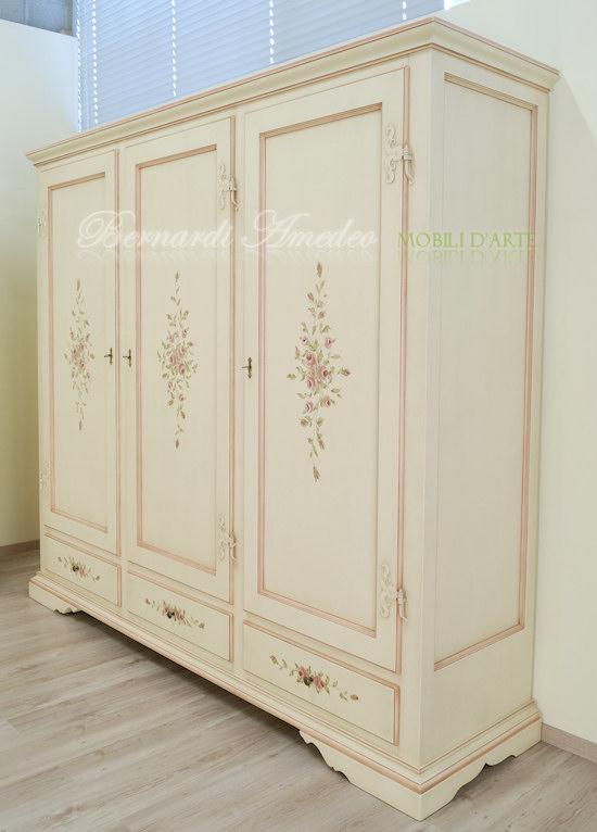 Armadio laccato con ante e cassetti decorati  Ultimi mobili aggiunti