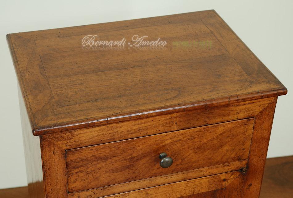 Comodini e tavolini in legno vecchio  Tavolini