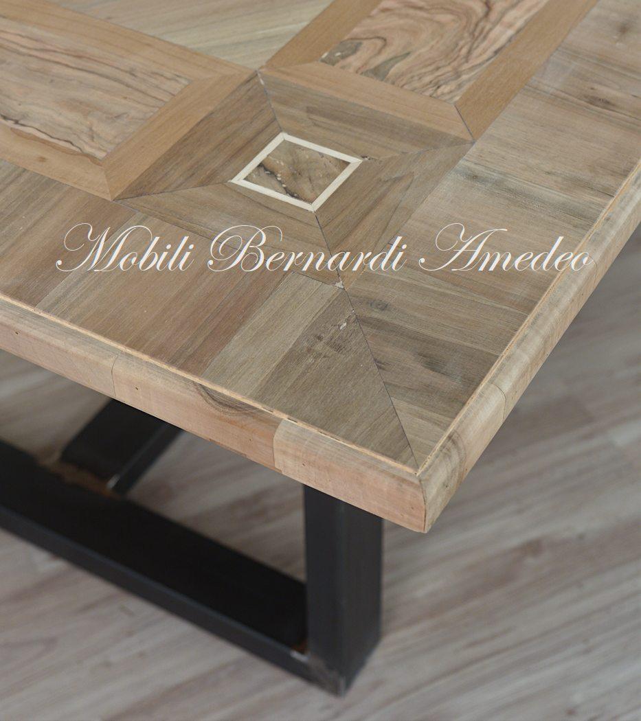 Tavoli con piano in legno e base in metallo  Tavoli