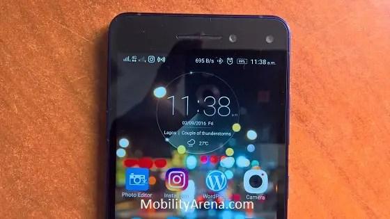 Lenovo Vibe S1 in hand homescreen top-min