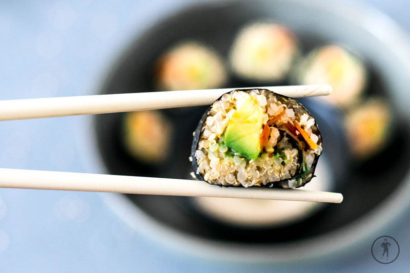 Maki aus dem Pseudogetreide Quinoa auf Stäbchen
