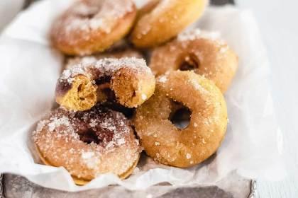 Gebackene Pumpkin Spice Donuts - ein herbstliches Gebäck mit Kürbispüree und Pumpkin Spice Goodness Gewürz
