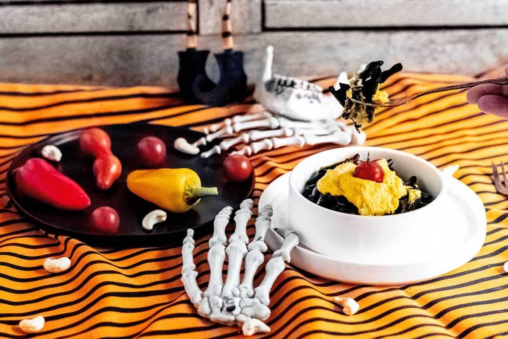 Halloween Party. Pasta Nero mit Kürbis-Frischkäse Sauce