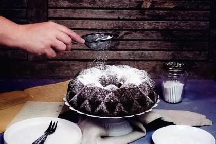 Auch nur mit Zucker bestreut schmeckt der Kakao Kuchen herrlich