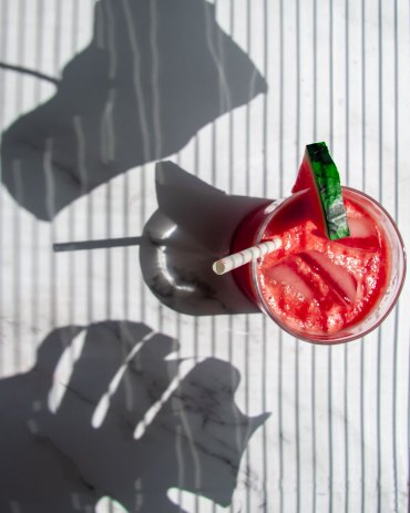 Hard light Melonensaft mit Monstera Schatten