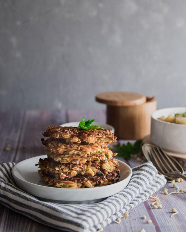 Gersten-Karotten-Buchweizenlaibchen mit Kohlrabigemüse