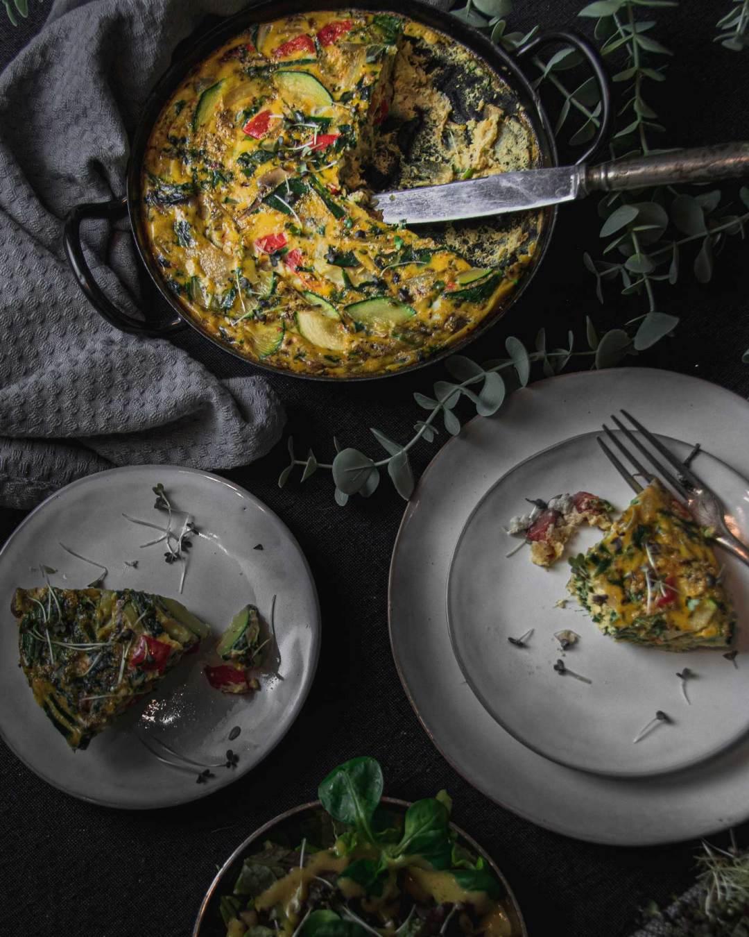 Frittata in der Pfanne mit zwei Tellern