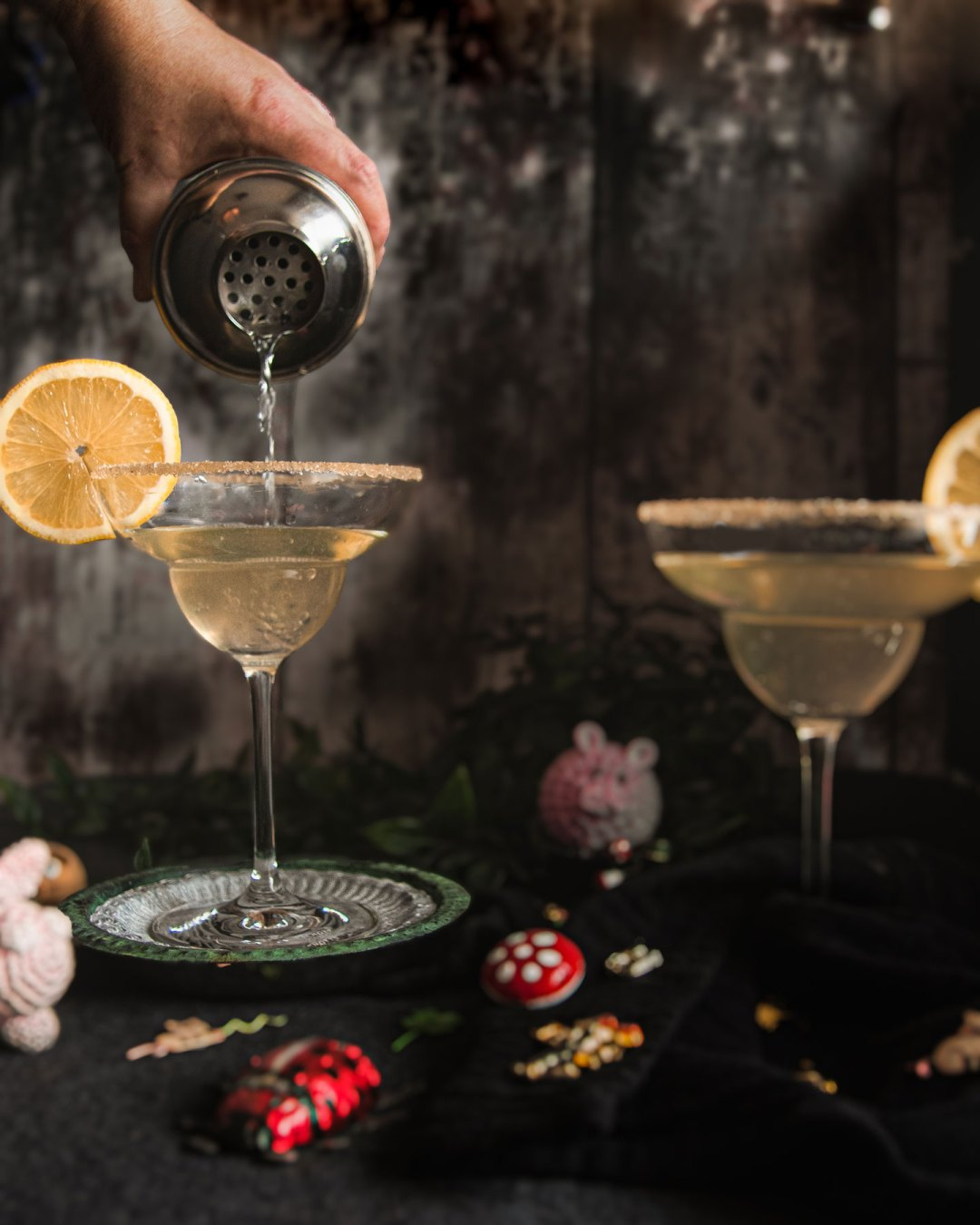 Cocktailglas in dem ein French 75 eingeschenkt wird