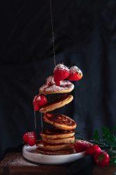 Pancakes mit Sirup und Erdbeeren
