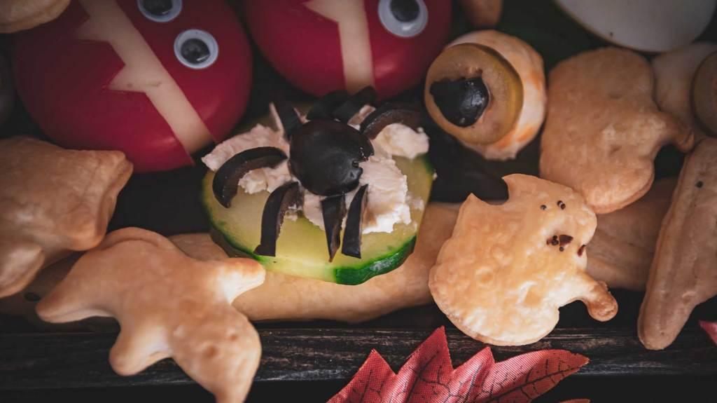 Halloween Gurkenscheibe mit Olivenspinne