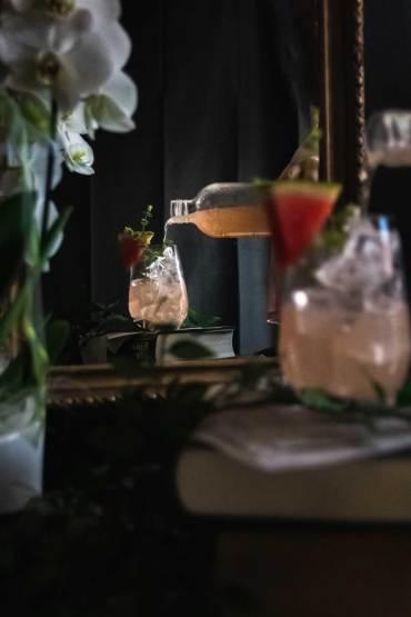 Melonen Basilikum Sirup - ein Glas wird eingeschenkt