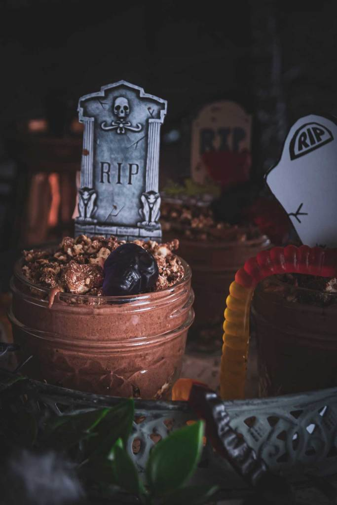 Schokopudding für Halloween dekoriert