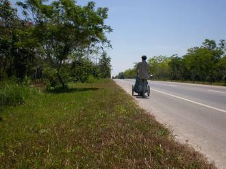Earth-Wide-Walk-Tailandia-caminando-carretera-sol