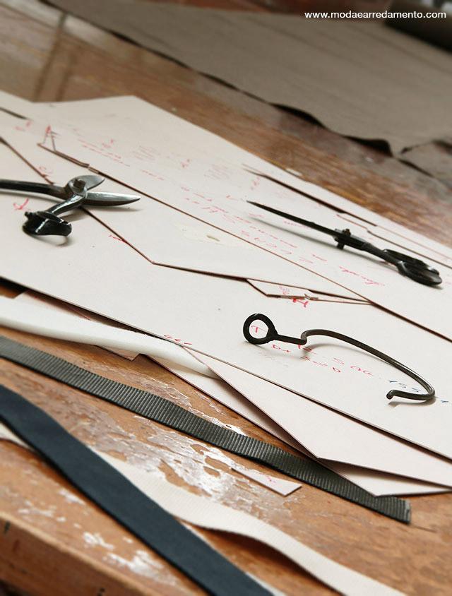 dettaglio di stampo per tagliare stoffa doimo salotti