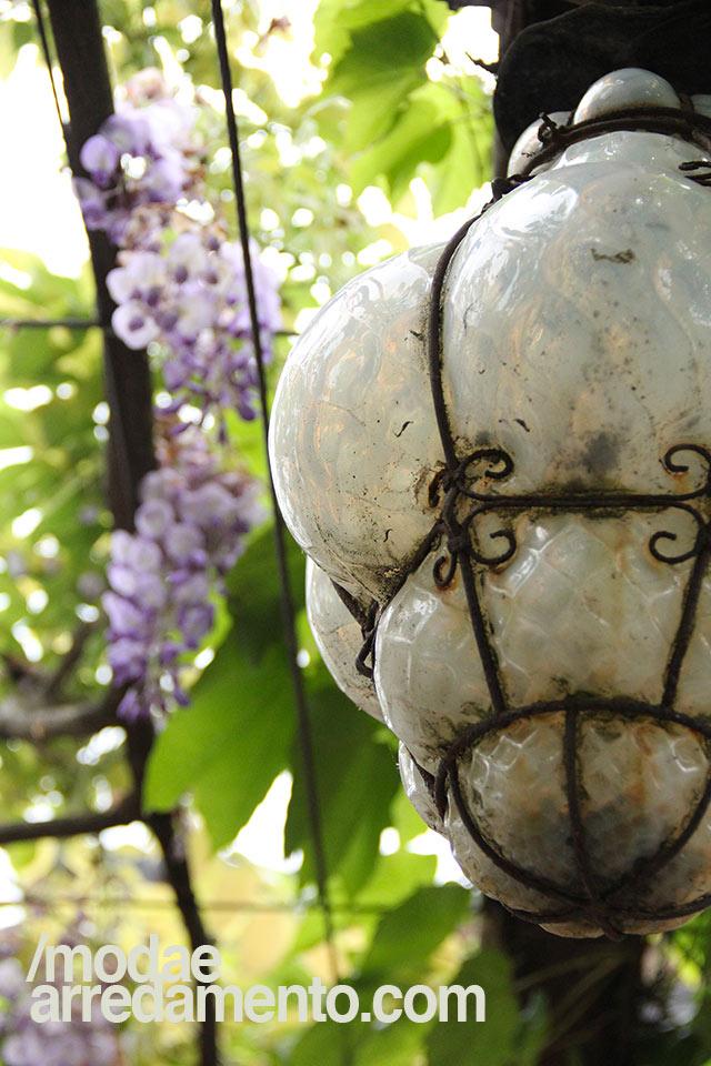 Lanterna veneziana in vetro e ferro, soffiata a mano e di colore bianco latte.