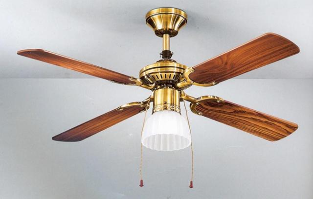 ventilatore a soffitto con luce in stile classico e legno?