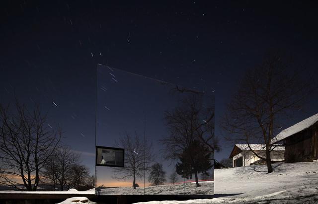 La casa invisibile di notte - progetto dello studio Delugan Meissl Associated Architechts.