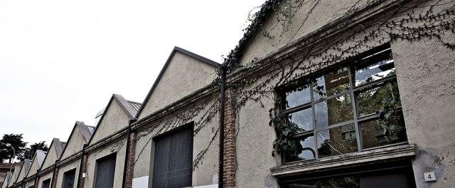Abitare una casa in stile factory, materiali e soluzioni di arredo.