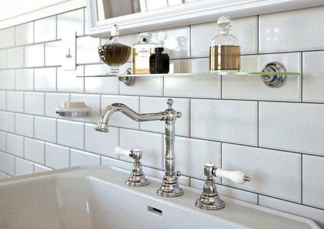 Mamoli rubinetterie Belgavia, bagno classico in stile retrò, con piastrelle bianche bisellate e rubinetti old english mood.