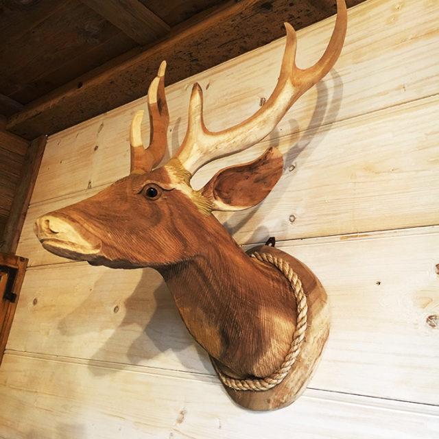 Arredamont idee e ispirazioni: trofeo cervo in legno.