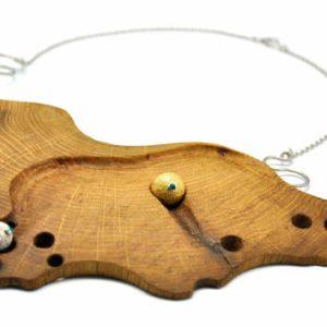 collana in legno di Riva 1920 realizzata con le Briccole veneziane e inserti in argento e oro.